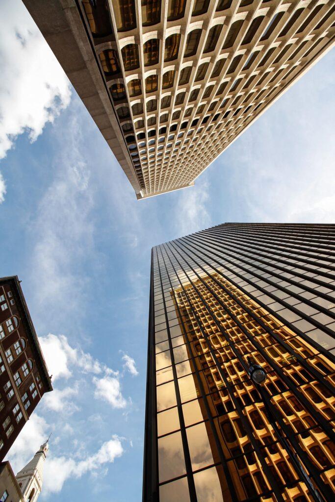 verwaltung-weg-hausverwaltung-buero-Hochaus-glasfassade-blauer-himmel-moderne-architektur-